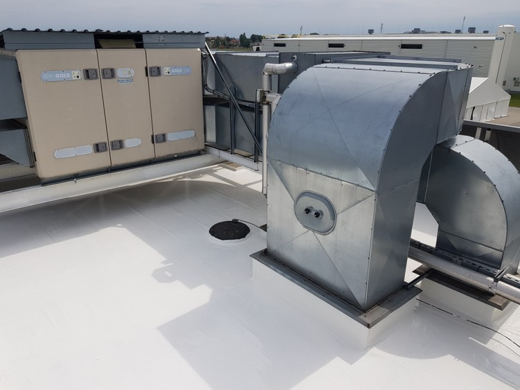 Naprawa szczelności dachu z membrany PCV w systemie płynnych membrann Hyperdesmo