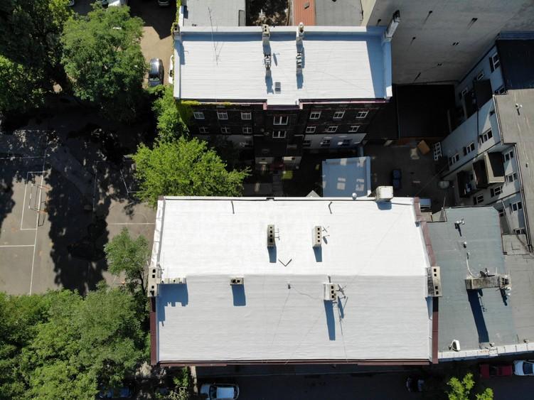 Dwa budynki po zakończeniu prac renowacji dachu w systemie Hyperdesmo