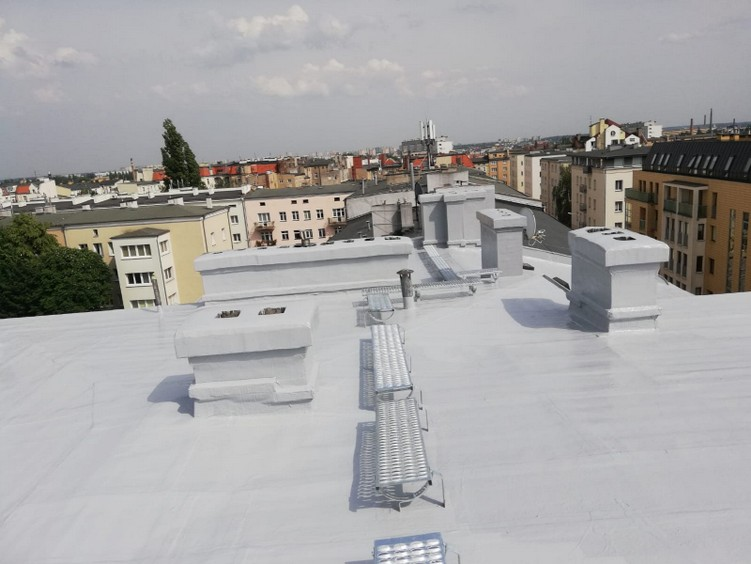 Dach kamienicy po aplikacji systemu płynnych membran poliuretanowych HYPERDESMO