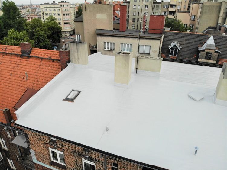 Dach z papy po wykonaniu aplikacji płynnej membrany poliuretanowej Hyperdesmo