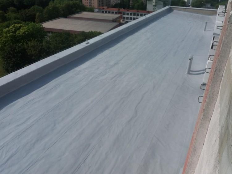 Dach bloku mieszkaniowego po aplikacji membrany Hyperdesmo